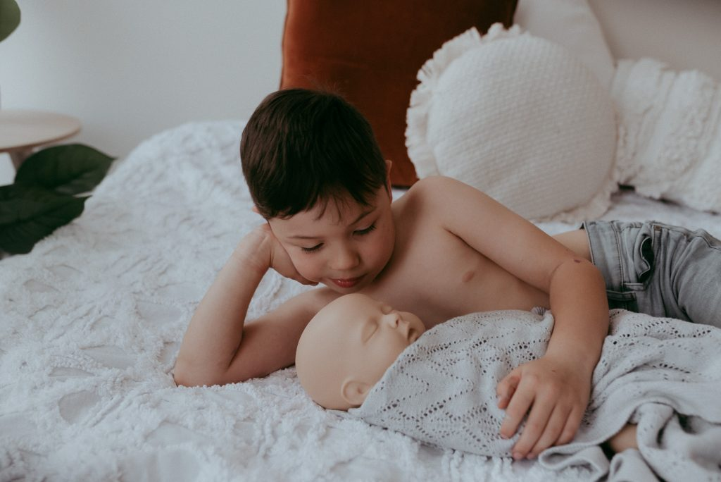 example of how to photograph newborn with siblings